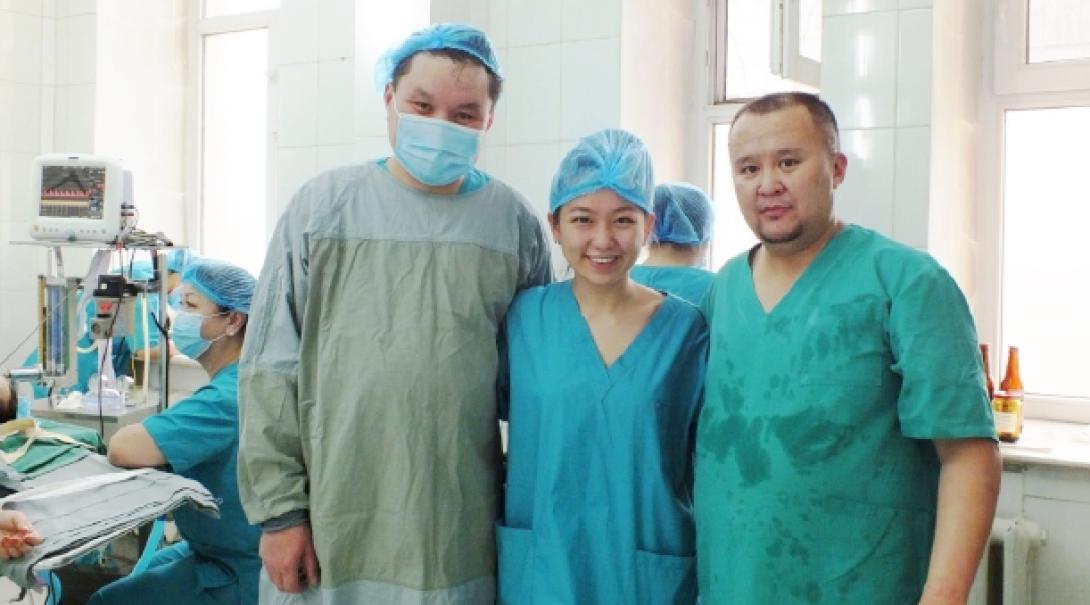 モンゴルでがんばる医療インターンと現地人医師